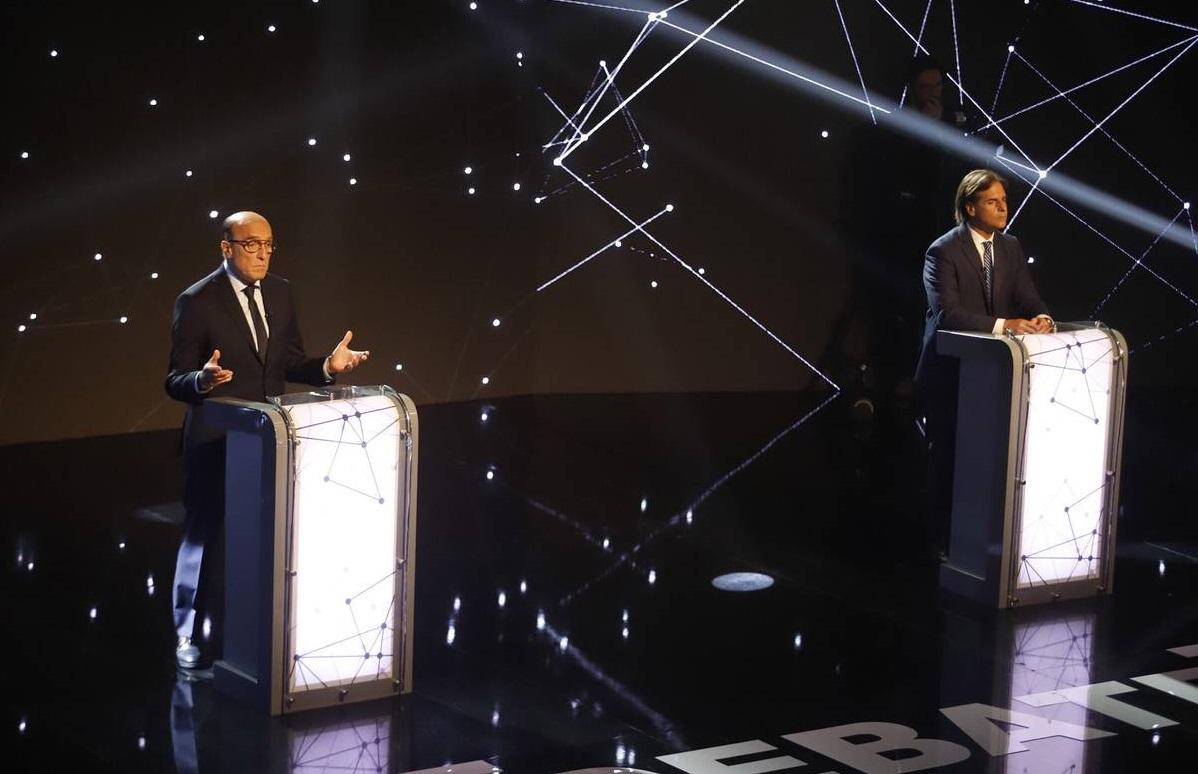 Primer debate entre los candidatos Daniel Martínez y Luis Lacalle Pou, que encabezan las encuestas rumbo a la primera vuelta electoral en Uruguay