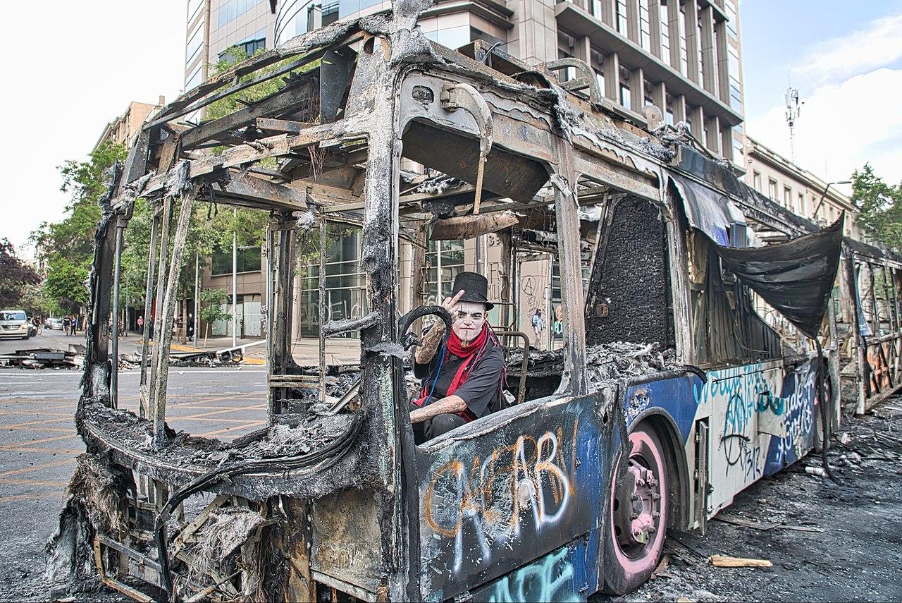 Bus quemado en protestas, Santiago de Chile, octutre 2019 | Foto: Felipe y Jairo Castilla, Flickr